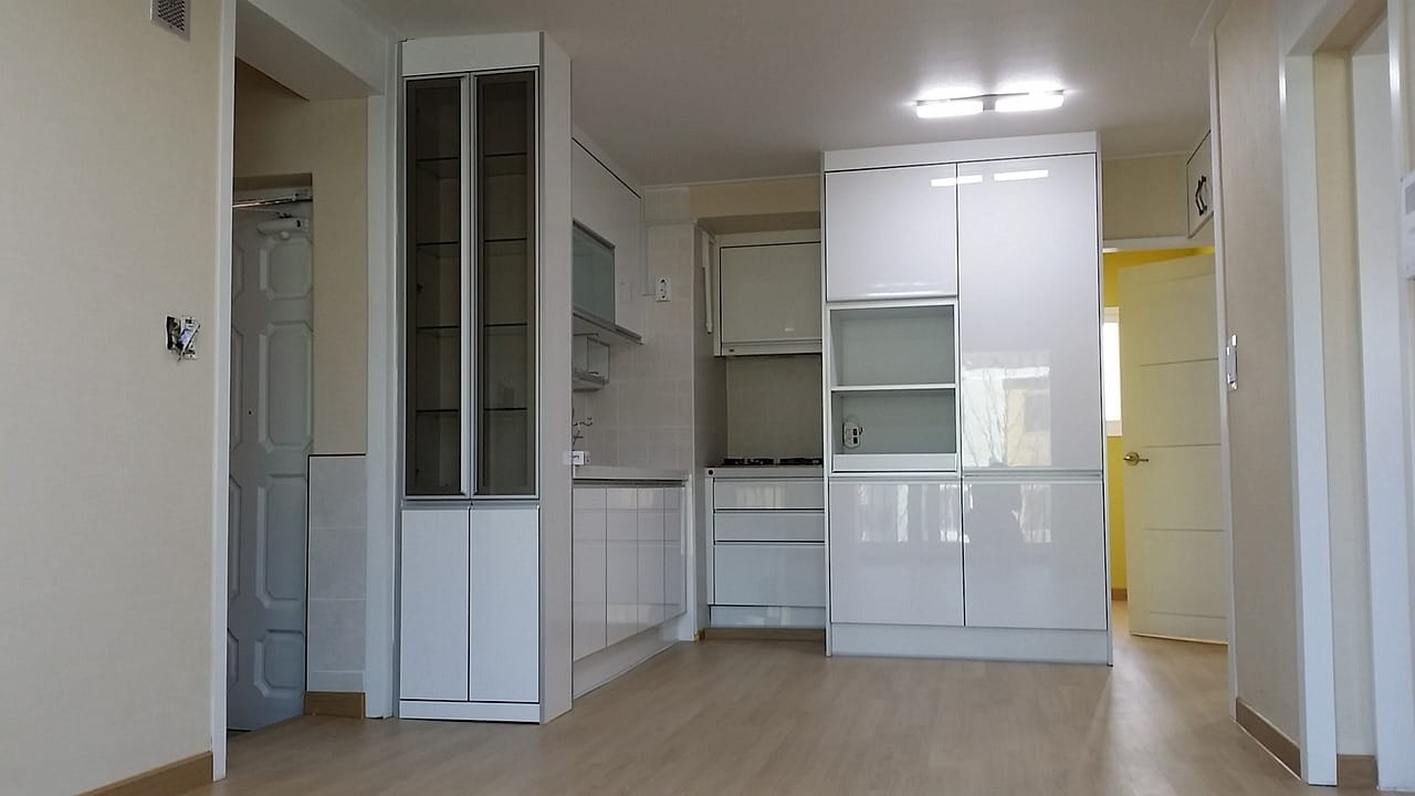 High white gloss manufactured kitchen cabinets.
